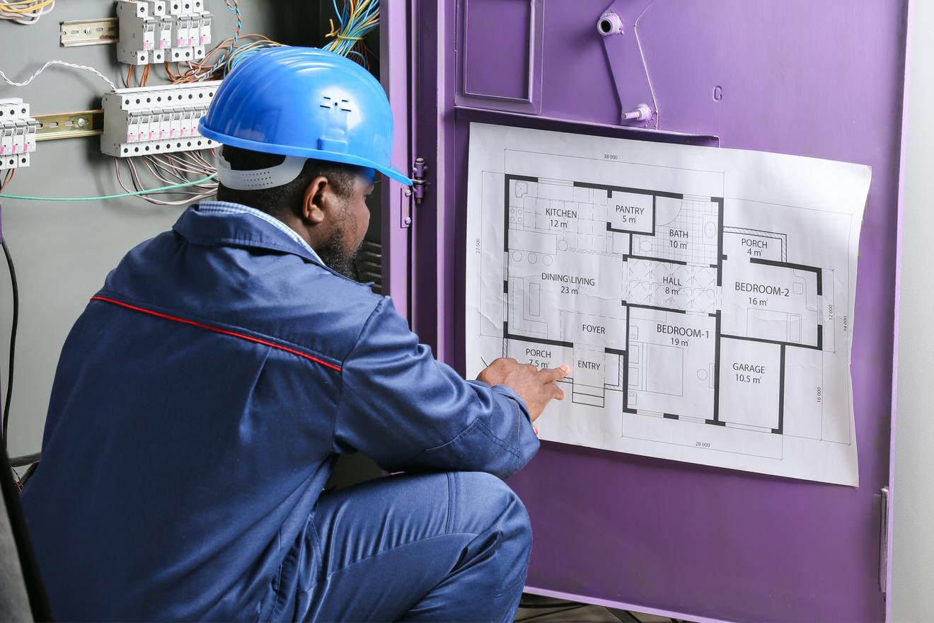 Un électricient Lit Un Plan D'appartement