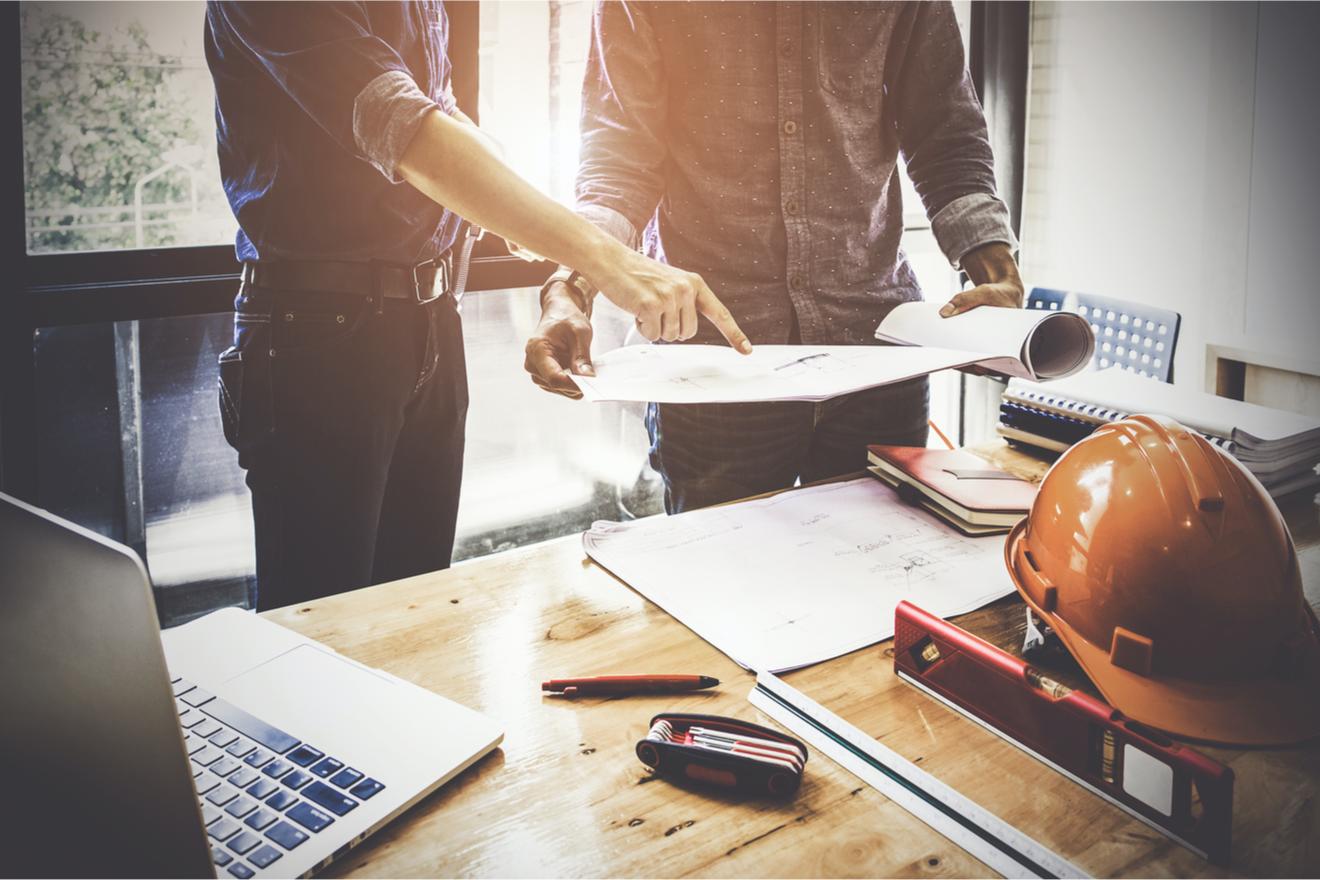 Un Constructeur De Bureau Discute Un Projet de construction de bureaux Avec Un Client